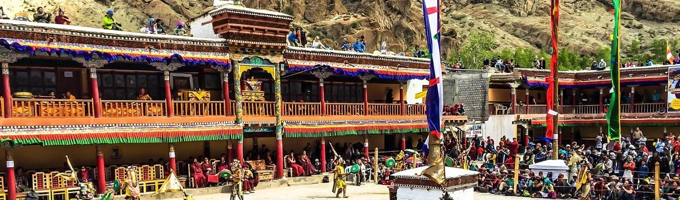 Tu viện Hemis - tu viện Phật giáo lớn nhất vùng Ladakh, cách Leh 45 km về phía nam. Tại đây có lễ hội nổi tiếng Hemis Festival diễn ra hàng năm kỉ niệm ngày sinh Liên Hoa Sinh Đại sư – vị Tổ khai tông lập phái cho tông giáo đầu tiên của Tây Tạng, tông Ninh Mã