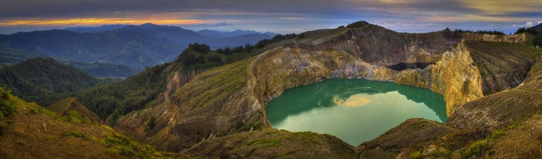 Từ đỉnh núi lửa Kelimutu quý khách có thể ngắm nhìn vẻ đẹp tuyệt vời của Tree Colored Lake (Hồ ba màu) nằm trên miệng núi lửa Kelimutu ở độ cao khoảng 1,632m so với mực nước biển