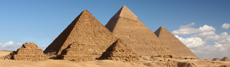 Kim tự tháp đồ sộ Khê-ốp (Kheops), một trong 7 kỳ quan của thế giới cổ đại, là kim tự tháp lớn nhất trong 3 kim tháp chính được xây dựng bằng sức người