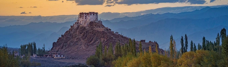 Leh Palace từng là nơi ở của gia đình Hoàng gia Namgyal cho đến giữa thế kỷ 19, khi Dogra tấn công chiếm cứ Ladakh, gia đình hoàng gia đã phải bỏ nơi đây và chuyển đến Stok Palace