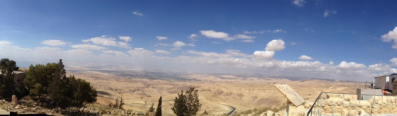 Núi Nebo cao hơn 800m so với mực nước biển. Nebo là một di tích tôn giáo quan trọng trông xuống Đất Thánh và phía nam Jordan
