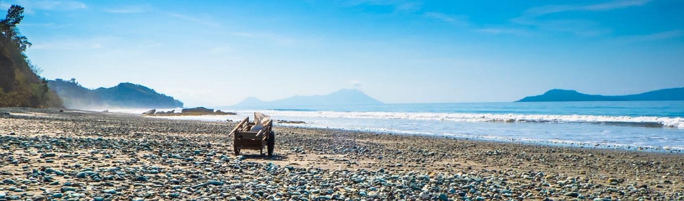 Nanga Panda Beach cách thị trấn Ende khoảng 25km. Bãi biển với những viên đá xanh rất đẹp. Nơi đây còn có tên gọi Blue Stone Beach