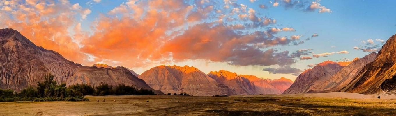 Thung lũng Nubra nổi tiếng được biết đến với tên gọi ldorma hay còn gọi là thung lũng của các loài hoa, nằm ở phía Bắc Ladakh giữa vùng Karakoram và các rặng núi thuộc dãy Himalayas.