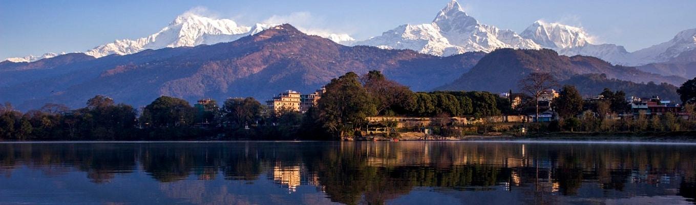 Thành phố Pokhara (827 m) cách thủ đô Kathmandu 198 km về phía tây và là một trong các điểm đến du lịch nổi tiếng của Nepal