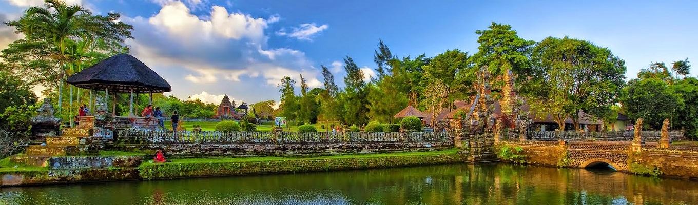 """Đền Pura Taman Ayun,  một ngôi đền Hindu rất đẹp & độc đáo và được bao quanh bởi các hồ trông giống như nổi trên mặt nước. Tên gọi Pura Taman Ayun cũng xuất phát từ ý nghĩa trong tiếng địa phương là  """"Garden Temple in the Warter"""" – """"Đền vườn trong nước""""."""
