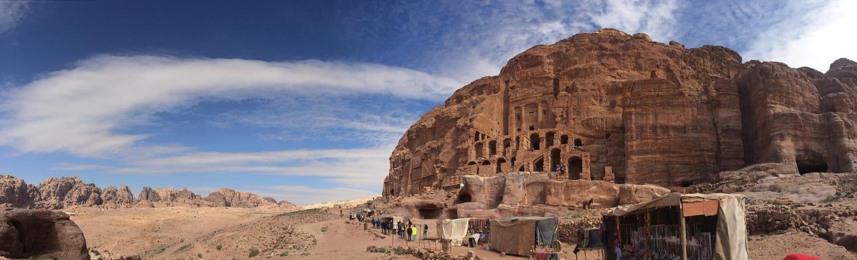 Lăng mộ hoàng gia (Royal tombs): bao gồm bốn công trình chính được chạm khắc vào mặt đá dưới chân núi: Urn Tomb, Silk, Corinthian Tomb và Palace Tomb.