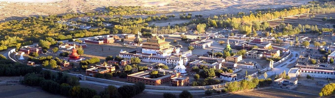 Tu viện Samye tọa lạc ở phía bắc sông Yarlung. Đây là tu viện Phật giáo đầu tiên được xây dựng ở Tây Tạng vào khoảng giữa năm 775 và 779 dưới sự bảo trợ của vua Trisong Detsen, một trong ba tam tạng vương vĩ đại của người Tạng