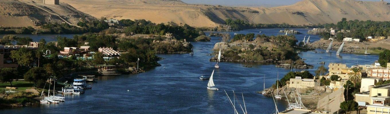 """Tên của sông Nile xuất phát từ hệ ngôn ngữ Xê – Mit (Semitic languages). Lúc đầu, nó có tên là Nahal, sau đổi lại thành Neilos, có nghĩa là """"dòng sông thung lũng""""."""