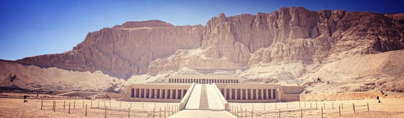 Thung lũng các vị vua (Valley of the Kings) – Nơi được các pharaoh chọn là nơi yên nghỉ thay vì các kim tự tháp phức tạp vào thời đại đỉnh cao của Ai Cập (khoảng năm 1550 trước công nguyên), với khoảng 62 ngôi mộ của các vị vua được khai quật.