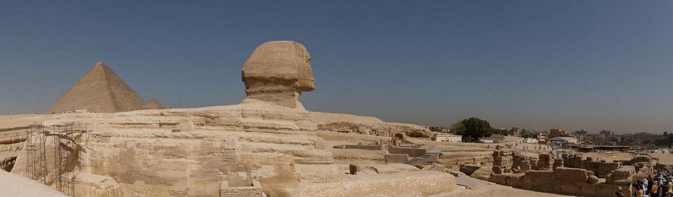 Tượng nhân sư Sphinx - Tượng đầu người mình sư tử với mình sư tử dài 45m, chân dài 15m được tạc từ một tảng đá nguyên khối, thể hiện sức mạnh và quyền lực thánh thần của các vị Pharaoh