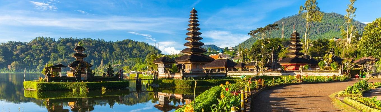 """Đền Ulun Danu với tên gọi có ý nghĩa là """"nơi bắt đầu của hồ"""". Theo đạo Hindu, đây là một ngôi đền cai quản, giúp bảo vệ Bali khỏi những linh hồn của quỷ dữ"""