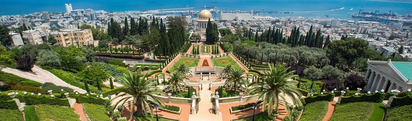 Vườn Bahaai hay còn gọi là vườn treo Haifa nằm trên núi Carmel được Unesco công bố là di sản văn hóa thế giới. Khu vườn rộng gần 200.000 m2 với 18 bậc thang tượng trưng cho 18 môn đệ đầu tiên của Bahai