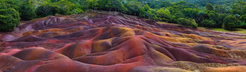 Dải đất bảy màu được tạo ra bởi các loại đá núi lửa được làm mát ở nhiệt độ khác nhau, bị nghiền thành cát trong một khoảng thời gian khác nhau và cứ thế hình thành ra những màu sắc khác biệt.