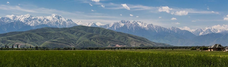 """Dãy núi Thiên Sơn (7.439m), dãy núi nằm trong khu vực biên giới với 2 quốc gia Kazakhstan, Kyrgyzstan. Đối với tộc người Duy Ngô Nhĩ, dãy núi này được họ trân trọng gọi là """"dãy núi thần linh""""."""