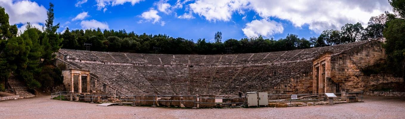 Nhà hát cổ Epidaurus nổi tiếng với hiệu ứng âm thanh độc đáo, được xây dựng để tôn vinh thần y học Asclepius từ thế kỷ thứ 4 trước công nguyên.