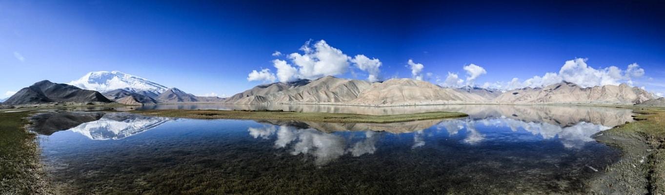 Nằm trên cao nguyên Pamir, ở độ cao đặc biệt với hơn 3.000 mét so với mực nước biển, hồ Karakul trong vắt in bóng những ngọn núi xung quanh như một tấm gương khổng lồ. Khu vực này còn là nơi tập trung của 140.000 người thuộc tộc Kyrgyz, vốn là những người dân gốc Thổ Nhĩ Kỳ từ Kyrgyzstan di cư tới Trung Quốc từ nhiều năm về trước.