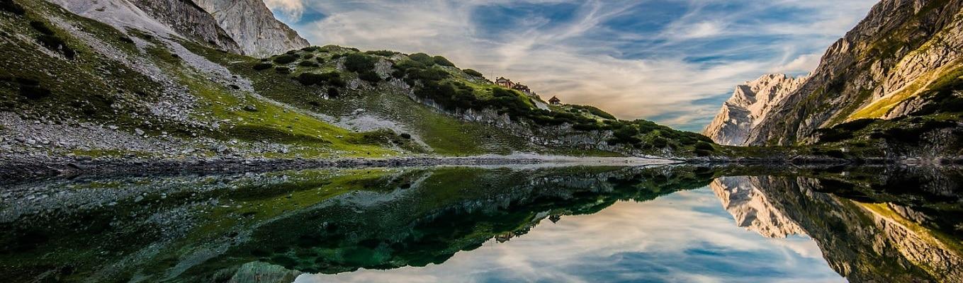 Hồ Thiên Trì là một trong những hồ nước đẹp nhất Trung Quốc và nổi tiếng khắp thế giới. Ngoài mặt nước trong xanh phẳng lặng, quý khách còn thấy được cảnh tượng rừng cây, đồng cỏ và núi tuyết.