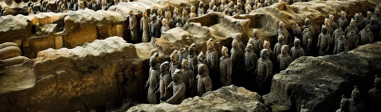 Lăng mộ Tần Thủy Hoàng & Đội Quân Đất Nung, được xây dựng trong khoảng thời gian từ năm 246 đến 208 trước Công nguyên, thời điểm Tần Thủy Hoàng - vị hoàng đế nổi tiếng tàn bạo và nghiêm khắc vẫn còn sống và trị vì Trung Quốc.