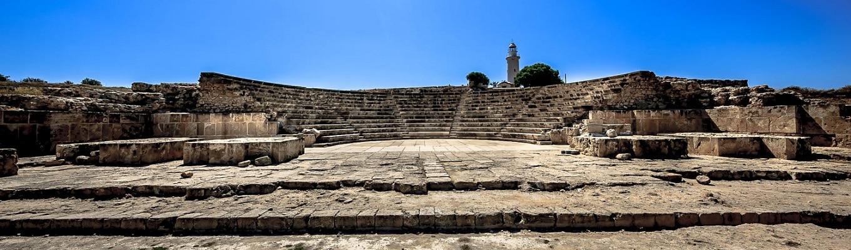 Nea Paphos - ngôi làng La Mã nổi tiếng với bức tranh khảm sàn tuyệt đẹp, tại đây, quý khách có thể chiêm ngưỡng những bản khảm  miêu tả những câu chuyện trong thần thoại Hy Lạp như tranh khảm tại Nhà của Dionysos (Nhà của thần rượu vang), Nhà của Theseus, nhà của Aion….