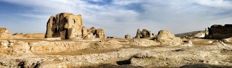 Thành Cổ Giao Hà và Thành cổ Cao Xương, hệ thống pháo đài nằm trên đỉnh một vách đá dốc đứng, trên một cao nguyên có hình dáng như chiếc lá. Đây cũng chính là một địa điểm quan trọng dọc theo Con Đường Tơ Lụa cổ xưa.