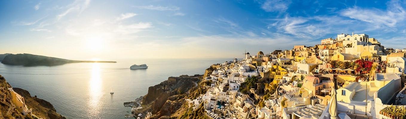 Santorini - đảo ngọc của Hy Lạp với những ngôi làng nằm chênh vênh trên đồi hướng ra biển.