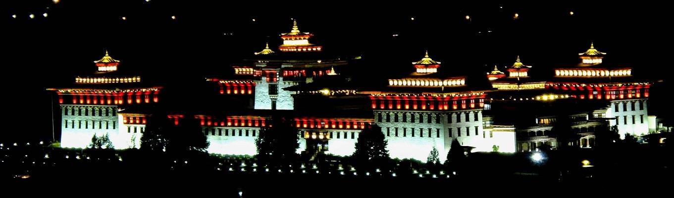 """Tu viện Tashichho Dzong cũng là cơ quan đầu não của chính phủ Bhutan. Tu viện được xây dựng vào năm 1641 bởi Shabdrung Ngawang Namgyal. Với hình dáng kiến trúc đồ sộ, tu viện còn có tên gọi khác là """"pháo đài của tôn giáo huy hoàng"""""""
