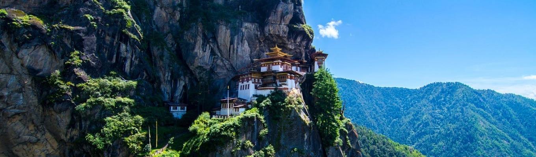 Tiger Nest Monastery là một tu viện tuyệt đẹp, nằm ở độ cao 3200 m và nằm cheo leo trên vách đá dốc đứng khoảng 1000 m trên thung lũng Paro.