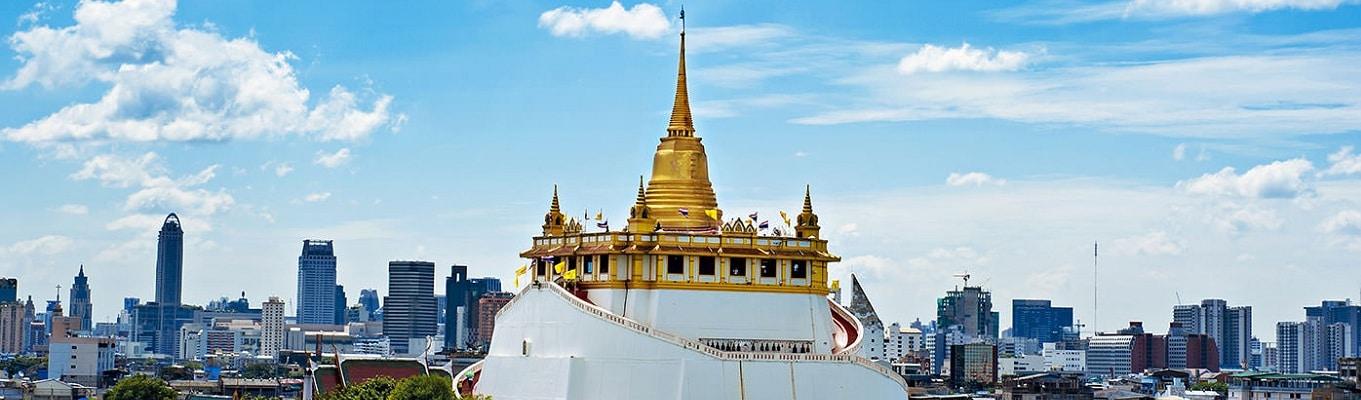 Wat Saket (Chùa Núi Vàng – Golden Mount) là 1 quần thể Phật giáo được hình thành từ triều đại Ayutthaya. Ngôi chùa nằm trên 1 đỉnh núi nhỏ cao 58m, nổi bật với 1 tháp chedi (tháp mộ) nhũ vàng óng ánh