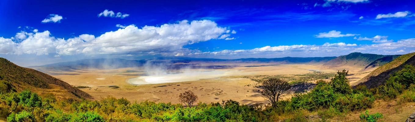 Khu bảo tồn Ngorongoro rộng lớn bao phủ vùng đồng bằng cao nguyên, vùng thảo nguyên, hoang mạc và rừng. Nó được khai phá vào năm 1959 cùng với các động vật hoang dã sống chung với người chăn gia súc bán du mục Masai theo cách truyền thống