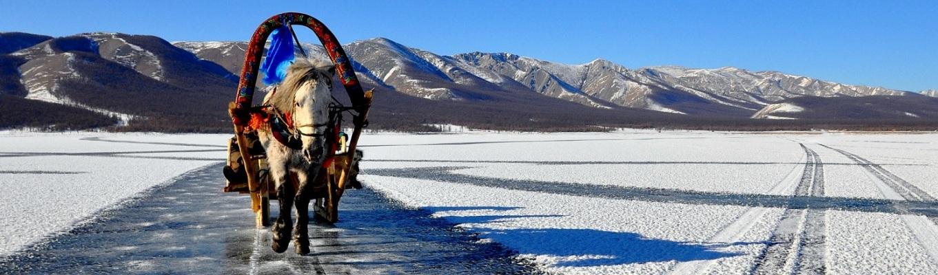 Mặt hồ Khuvsgol đóng băng vào mùa đông, tuỳ thuộc vào địa hình, quý khách sẽ được trải nghiệm cảm giác phiêu lưu mạo hiểm khi đi xe trên mặt hồ đóng băng.