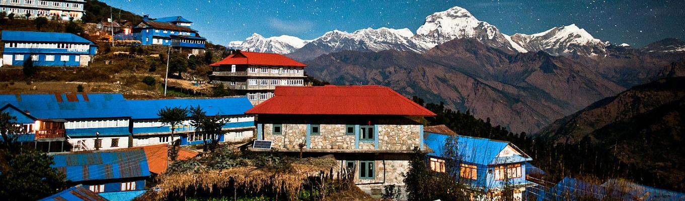 Làng Ulleri với cảnh sắc thiên nhiên hùng vĩ mà thơ mộng bên những ngôi nhà chênh vênh vách núi với màu sắc sặc sỡ xen kẽ những bức tường bằng đá rêu phong. Từ đây quý khách có thể chiêm ngưỡng đỉnh núi Annapurna South (cao 7219 m) và đỉnh Himchhuli (cao 6441m)