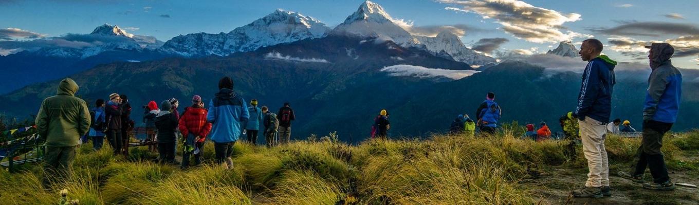 Poon Hill là điểm ngắm cảnh mặt trời mọc đẹp nhất vùng Annapurna cho phép ngắm cảnh. Poon Hill rất rộng, bao gồm nhiều đỉnh núi cao nhất thế giới như Dhaulagiri I (8,167m/ Cao thứ 7), Annapurna  I (8,091m/ Cao thứ 10) và Manaslu (8,156 m/ Cao thứ 8).