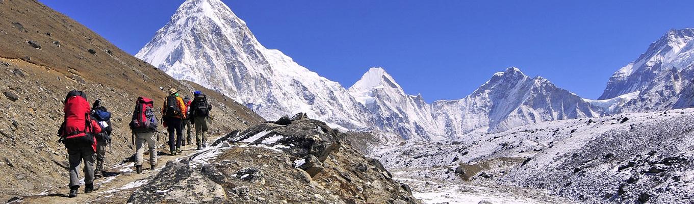 """Hành trình trekking chinh phục dãy Himalaya là sẽ là một chọn lựa tuyệt vời cho những ai muốn """"tạm quên"""" đi công việc hàng ngày, quên đi sự ồn ào xô bồ của cuộc sống; để trải nghiệm những cung bậc cảm xúc từ mệt đến tắt thở, lạnh đến thấu xương, hay đau chân muốn rụng rời để rồi lặng người trước cảnh đẹp hùng vĩ của dãy núi tuyết dần hiện ra trong tầm mắt"""