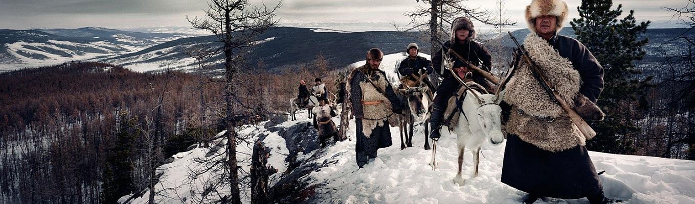 Vùng đất ấy có những cánh rừng bạt ngàn phủ đầy băng tuyết, những đàn sói hoang dã ban đêm vẫn hú lên tiếng vọng gọi bầy, những cung đường gập ghềnh, xóc nẩy, bùn lầy và sa mạc chỉ có thể vượt qua bằng ngựa