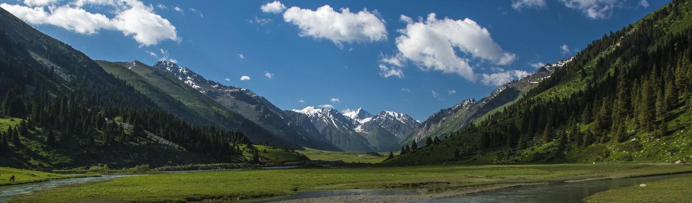 Công viên quốc gia Ala Archa với khung cảnh đẹp như một bức tranh thủy mạc. Công viên nằm trong dãy Thiên Sơn cách Bishkek khoảng 40km.