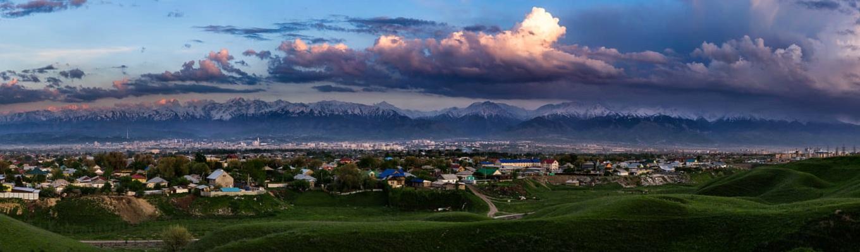 Almaty - nơi được đánh giá là một trong những thành phố độc đáo nhất thế giới, nằm dưới chân núi Alatay, ở độ cao 900 mét so với mực nước biển, Almaty nổi tiếng với vẻ đẹp quyến rũ của những những hồ nước trong xanh in bóng mây trời, êm đềm bên những vườn táo, vườn mơ và anh đào trải dài trên thảo nguyên.