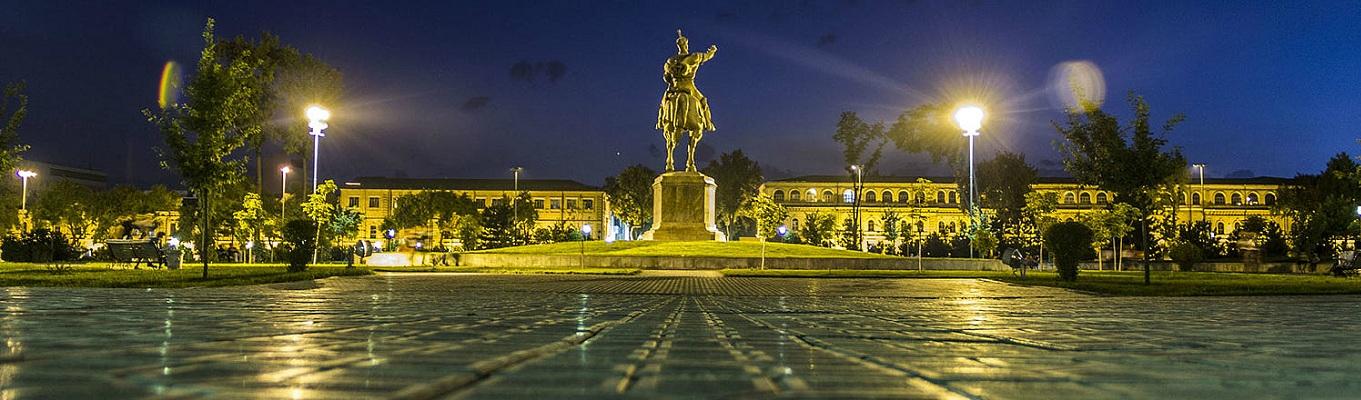 Quảng trường Amir Timur được đặt theo tên vị hoàng đế lẫy lừng ở thế kỷ XIV, cách đó không xa là bức tượng oai phong lẫm liệt của Người.