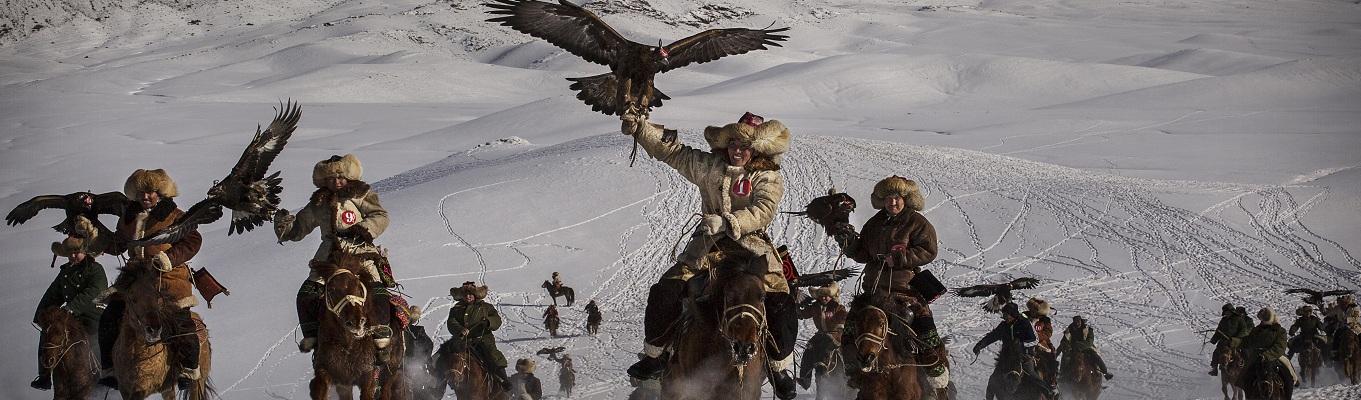 Bộ lạc du mục người Kazakh sống về phía Tây xa xôi của Mông Cổ, sống di cư nay đây mai đó trên đại thảo nguyên, theo bước chân bản năng của đàn gia súc đến những vùng đất có cỏ tươi mới, săn lượm đại bàng con ngay từ trong tổ trứng trên những vách núi, bịt mắt đem về thuần hóa và huấn luyện cùng họ đi săn cáo và thú nhỏ