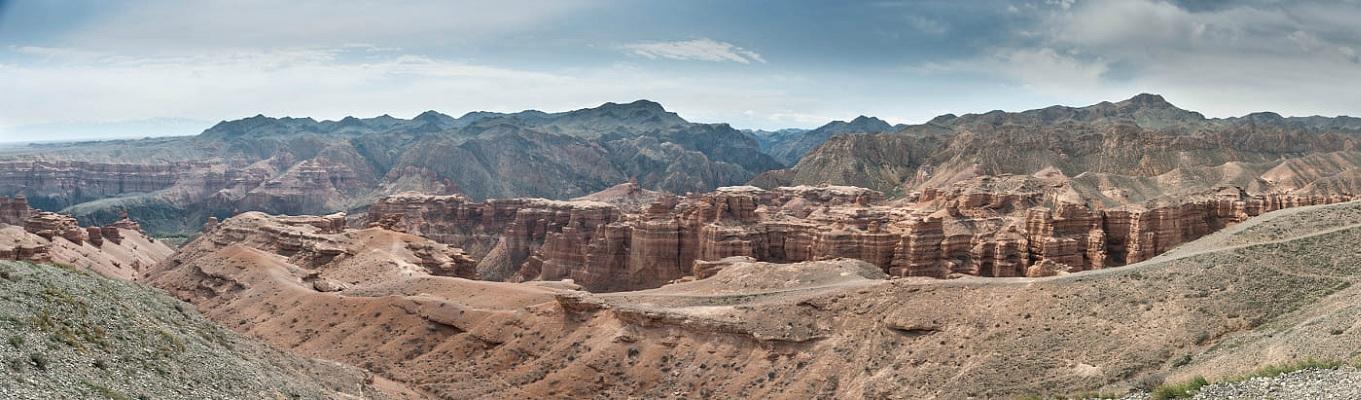 Charyn Canyon là một trong những di sản thiên nhiên độc đáo nhất của Kazakhstan, nằm trên nền đất phẳng trên thảo nguyên gần Almaty, nơi đây có cảnh quan ngoạn mục của những vách đá thẳng đứng, lâu đài cổ được tạo ra bởi tác động của nắng, gió và mưa...