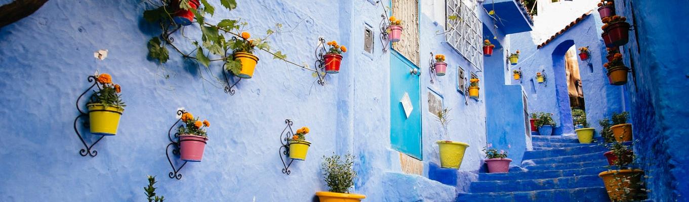 """Các công trình kiến trúc của Chefchaouen mang những nét tương đồng với vùng Địa Trung Hải. Đây là một trong những thành phố xinh đẹp nhất ở Ma Rốc, được mệnh danh là """"Thành phố xanh""""."""