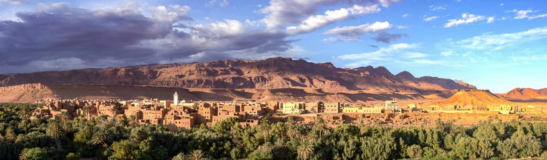 -Thung lũng Dadès, còn được gọi là thung lũng Mille Kasbhas, với rất nhiều cung điện bằng đất nén độc đáo.  Quý khách cũng đừng quên chiêm ngưỡng hai đỉnh núi Bab n' Ali (có nghĩa là cánh cửa của Ali theo tiếng Ả Rập).