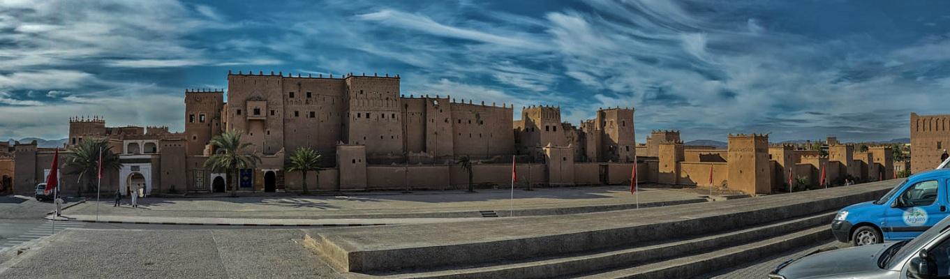 Kasbah Taourirt, được xem là tòa nhà lịch sử duy nhất ở trung tâm của Ouarzazate, nơi đây mang kiến trúc đại diện cho phong cách Saharan của Ma rốc