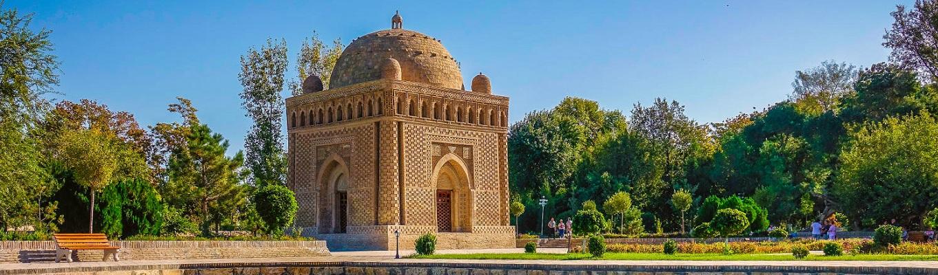 Lăng mộ của Ismail Samanai - người cai trị vùng đất này - gây ấn tượng với vẻ trang nhã và là kiệt tác còn tồn tại tốt nhất của kiến trúc Hồi giáo có từ thế kỷ 10 không chỉ ở Uzbekistan mà còn toàn bộ các quốc gia hồi giáo khác.