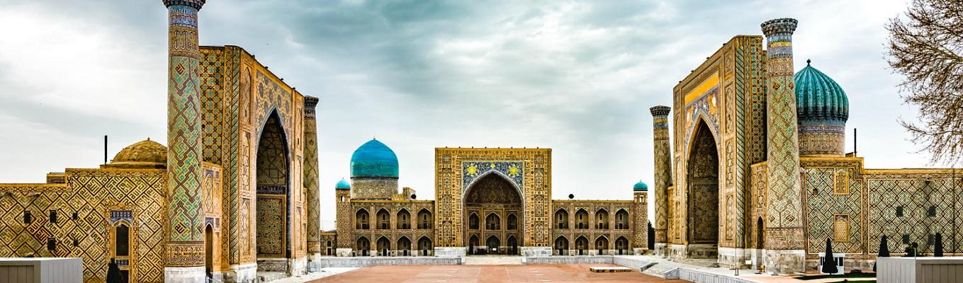Quảng trường Registan và Thánh đường Hồi giáo Bibi-Khanum – hai công trình nổi tiếng tiêu biểu cho kiến trúc Timurid, du khách sẽ được chiêm ngưỡng những toà nhà nguy nga và rực rỡ được lát bằng ngọc lam và đá quý, đây biểu tượng đẹp nhất của nghệ thuật Hồi giáo.