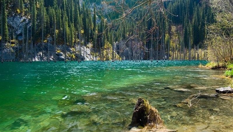 lake-kaindy-shore