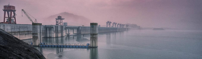 Đập Tam Hiệp - đập thủy điện nhân tạo lớn nhất thế giới nằm ở giữa Hẻm núi Tây Lăng gần Nghi Xương. Quý khách sẽ vô cùng ngạc nhiên trước con đập khổng lồ này từ những góc độ khác nhau.