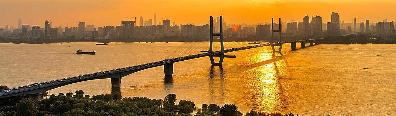 Sông Trường Giang (còn có tên gọi Dương Tử), là con sông dài nhất Trung Quốc và dài thứ ba thế giới, chảy qua 8 tỉnh của Trung Quốc, uốn lượn dưới những hẻm núi hiểm trở với vách đá hầu như dựng đứng dưới tầng mây.