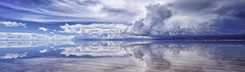 """Salar de Uyuni, cánh đồng muối lớn nhất thế giới nằm tại Bolivia có diện tích hơn 10 ngàn km vuông. Vào mùa mưa, cánh đồng muối như trở thành """"thế giới trong gương"""" phản chiếu ánh sáng mặt trời, in bóng mây trời từng gợn trong xanh"""