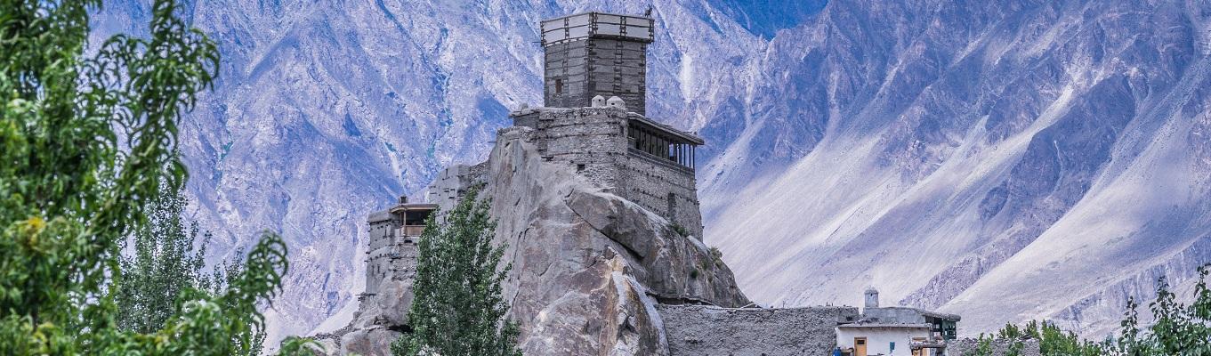Pháo đài Altit được xây dựng trên vách núi cheo leo nằm cạnh dòng sông Hunza. Vào thế kỷ XI, nơi đây được sử dụng như một tháp canh để bảo vệ các thương buôn trên con đường tơ lụa.