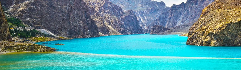 Hồ Attabad, một trong những kỳ quan tự nhiên của Pakistan, là hồ trên núi Attabad được tạo ra sau thảm họa năm 2010, đất đá rơi xuống chặn dòng sông Hunza thành một đập nước tự nhiên.